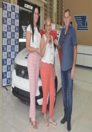 A presidente Fabrícia Prioste da ACEPP entrega chave do carro Fiat Mobi 0Km a ganhadora da Promoção Natal dos Sonhos